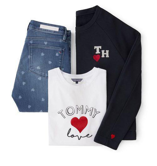 Sudadera negra, camiseta blanca y jeans con corazones estampados de la colección TommyXLove para San Valentín de Tommy Hilfiger