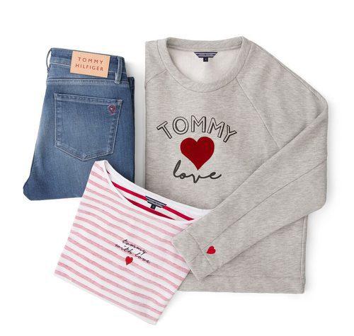 Sudadera gris, camiseta a rayas y jeans de la colección TommyXLove para San Valentín de Tommy Hilfiger