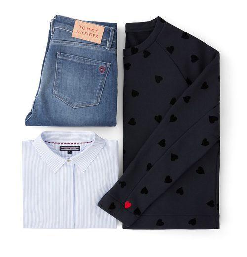 Sudadera negra con corazones, camisa oxford y jeans de la colección TommyXLove para San Valentín de Tommy Hilfiger