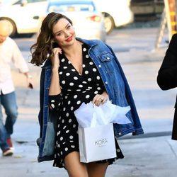 Miranda Kerr luce embarazo por las calles de Hollywood con un vestido de topos blancos 2018