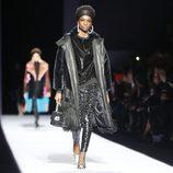 Chaqueta oversize de pelo negro de la colección de Tom Ford otoño 2018 en Nueva York Fashion Week