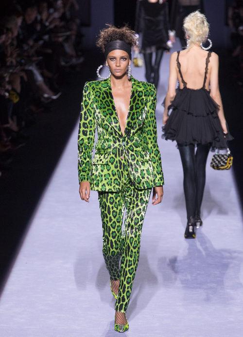 Chaqueta pantalón con animal print verde de la colección de Tom Ford otoño 2018 en Nueva York Fashion Week