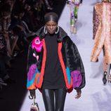 Chaqueta oversize negra con estampados de la colección de Tom Ford otoño 2018 en Nueva York Fashion Week