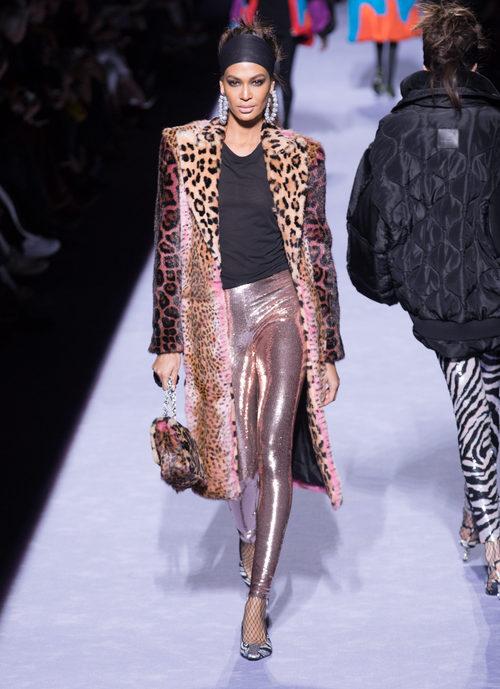 Chaqueta oversize con estampados rosa de la colección de Tom Ford otoño 2018 en Nueva York Fashion Week