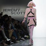Sudadera y falda rosas con arneses incrustados de Jeremy Scott otoño 2018 en la Nueva York Fashion Week