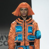 Chaqueta pantalón impermeable naranja y azul Jeremy Scott otoño 2018 en la Nueva York Fashion Week