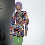 Top y falda rectos con estampados de colores Jeremy Scott otoño 2018 en la Nueva York Fashion Week