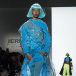Vestido de transparencias azul de Jeremy Scott otoño 2018 en la Nueva York Fashion Week
