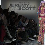 Gigi Hadid con una sudadera- pantalón de estampados y plumas de Jeremy Scott otoño 2018 en la Nueva York Fashion Week