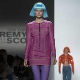 Traje rosa con costuras verdes de Jeremy Scott otoño 2018 en la Nueva York Fashion Week