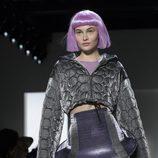 Falda con volantes de color gris y violeta Jeremy Scott otoño 2018 en la Nueva York Fashion Week