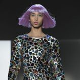 Vestido plateado con piedras incrustadas  de Jeremy Scott otoño 2018 en la Nueva York Fashion Week
