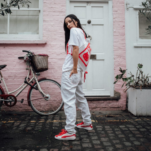 Conjunto de prendas de la colección de Puma x Hello Kitty en tonos rojos y blancos.