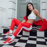 Top blanco y pantalones deportivos rojos con zapatillas Suade de la colección Puma x Hello Kitty