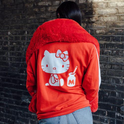 Chaqueta de manga larga en color rojo con Hello Kitty en la espalda de la colección cápsula de Puma