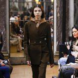 Chaqueta verde militar de la colección otoño/invierno 2018 de Victoria Beckham en la Nueva York Fashion Week