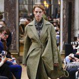 Gabardina verde de la colección otoño/invierno 2018 de Victoria Beckham en la Nueva York Fashion Week