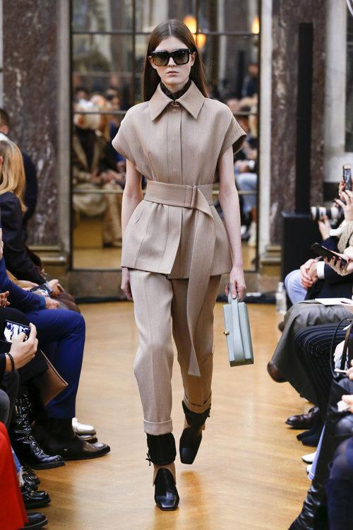 Traje beige de la colección otoño/invierno 2018 de Victoria Beckham en la Nueva York Fashion Week
