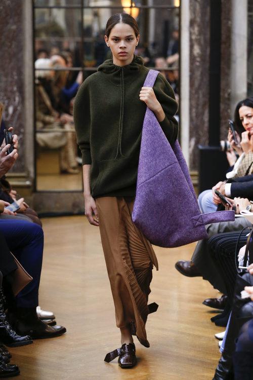 Falda marrón de la colección otoño/invierno 2018 de Victoria Beckham en la Nueva York Fashion Week