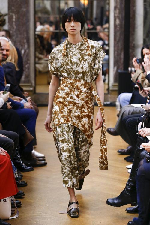 Traje con estampado marrón de la colección otoño/invierno 2018 de Victoria Beckham en la Nueva York Fashion Week