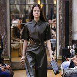 Vestido negro de la colección otoño/invierno 2018 de Victoria Beckham en la Nueva York Fashion Week