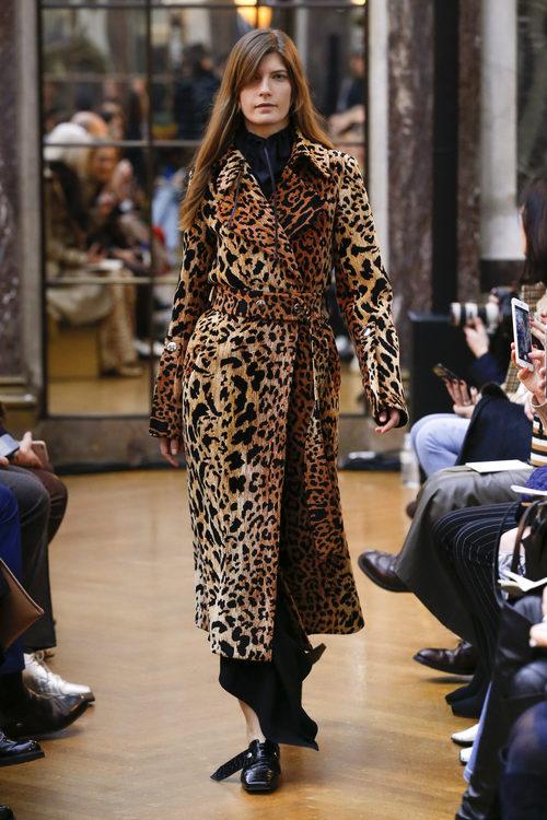 Gabardina de animal print de la colección otoño/invierno 2018 de Victoria Beckham en la Nueva York Fashion Week
