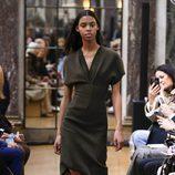Vestido verde militar de la colección otoño/invierno 2018 de Victoria Beckham en la Nueva York Fashion Week