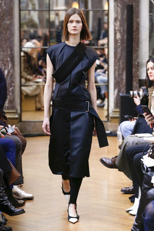Traje ceñido azul marino de la colección otoño/invierno 2018 de Victoria Beckham en la Nueva York Fashion Week