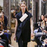 Traje azul marino de la colección otoño/invierno 2018 de Victoria Beckham en la Nueva York Fashion Week