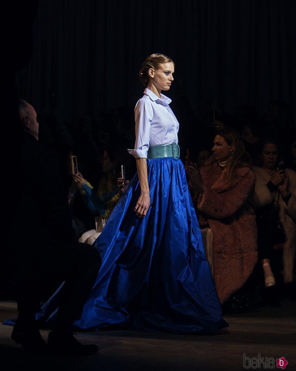 Falda azul marina larga de la colección de Carolina Herrera otoño 2018 en la Nueva York Fashion Week