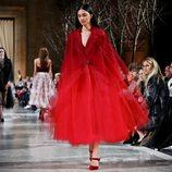 Abrigo de tul rojo de la colección de Oscar de la Renta otoño/invierno 2018 en la Nueva York Fashion Week