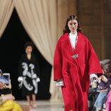 Abrigo cocoon rojo de la colección de Oscar de la Renta otoño/invierno 2018 en la Nueva York Fashion Week