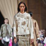 Falda y suéter con estampado floral de la colección de Oscar de la Renta otoño/invierno 2018 en la Nueva York Fashion Week