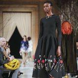 Vestido negro con estampado floral de la colección de Oscar de la Renta otoño/invierno 2018 en la Nueva York Fashion Week