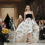 Vestido blanco roto de transparencias de la colección de Oscar de la Renta otoño/invierno 2018 en Nueva York Fashion Week