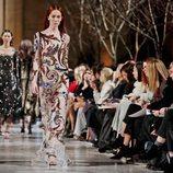 Vestido ceñido con estampados de la colección de Oscar de la Renta otoño/invierno 2018 en la Nueva York Fashion Week