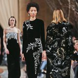 Vestido con estampados plateados de la colección de Oscar de la Renta otoño/invierno 2018 en la Nueva York Fashion Week