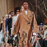 Abrigo cocoon marrón de la colección de Oscar de la Renta otoño/invierno 2018 en la Nueva York Fashion Week