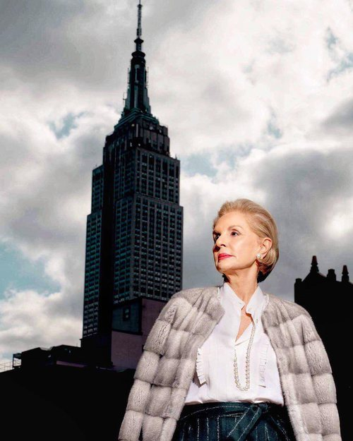 Carolina Herrera en New York con un abrigo gris de pelo y su eterna camisa blanca 2018