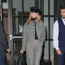 Rosie Huntington Whiteley pasea por las calles de New York con un traje de cuadros vichy 2018