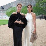 Tamara Falcó luce un vestido largo de color nude y seda junto a su madre Isabel Preysler