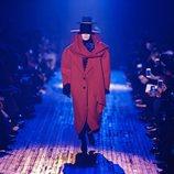 Abrigo rojo de gran volumen de Marc Jacobs para otoño 2018 en la Nueva York Fashion Week