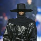 Gabardina negra de cuero de Marc Jacobs para otoño 2018 en la Nueva York Fashion Week