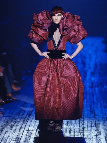 Vestido rojo largo con volumen de Marc Jacobs para otoño 2018 en la Nueva York Fashion Week