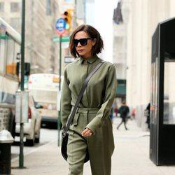 Victoria Beckham con un conjunto verde militar por las calles de New York 2018