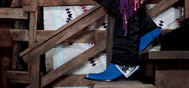 Botas azules de la campaña publicitaria global Calvin Klein Primavera 2018