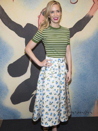 La actriz Emily Blunt luce un conjunto de estampados y rayas 2018