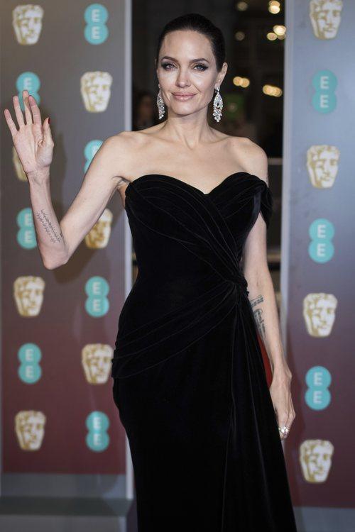Angelina Jolie con un vestido negro en la alfombra roja de los Premios BAFTA 2018