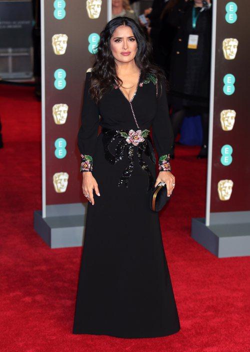 Salma Hayek con su vestido negro de Gucci en la alfombra roja de los Premios BAFTA 2018