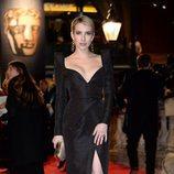 Emma Roberts con un vestido de Schiaparelli en la alfombra roja de los Premios BAFTA 2018